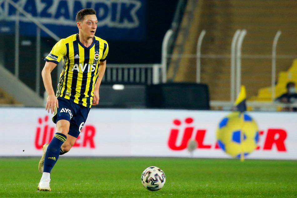 Mesut Özil (32) ist der Denker und Lenker bei Fenerbahce Istanbul. Momentan fällt er allerdings mit Leistenproblemen aus.