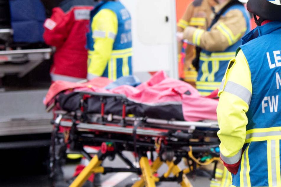 Retter sind nach dem Unfall der Busse mit einem Großaufgebot vor Ort. (Symbolbild)