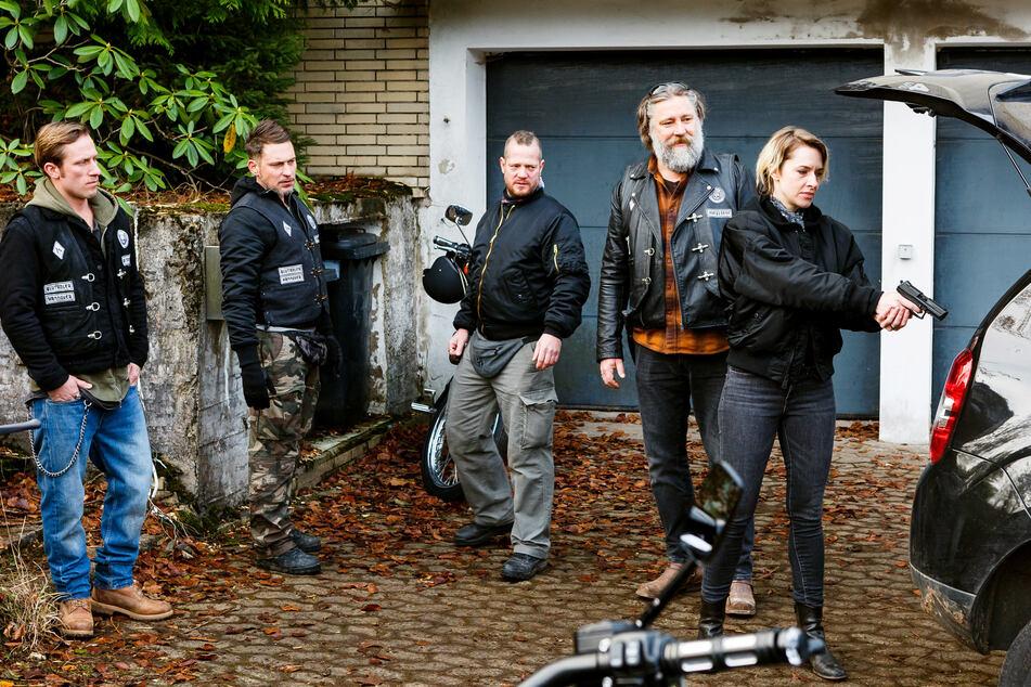 """Die kriminelle Bikergang in """"Der Waffendeal"""" (v.l.n.r.): Chris (Merlin Leonhardt), Ricky (Julian Schmider), Groll (Aurel Manthei), Andy (Nicky von Tempelhoff) und Nina (Kim Riedle)."""