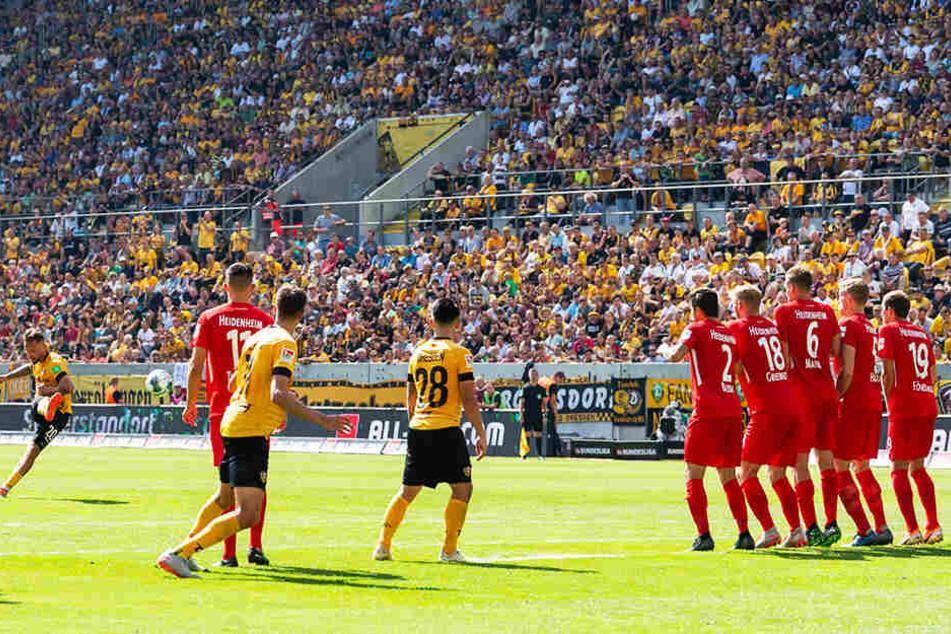 Pure Erleichterung: Patrick Ebert (l.) trifft mit diesem Freistoß zum zwischenzeitlichen 1:0 für Dynamo Dresden...