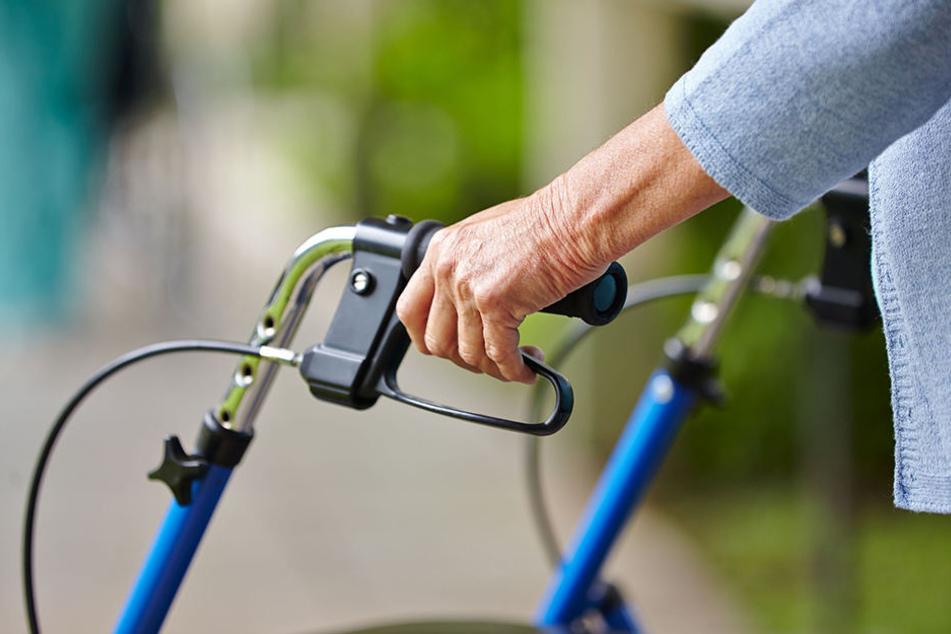 Eine Rollatorfahrerin (83) hatte den Rollstuhlfahrer versehentlich angefahren. Der 68-Jährige beschimpfte die Frau und griff sie dann an.