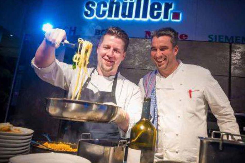 Gerd Kastenmeier (re.) und sein Catering-Team haben während der ersten VIP-Lounge gekocht.