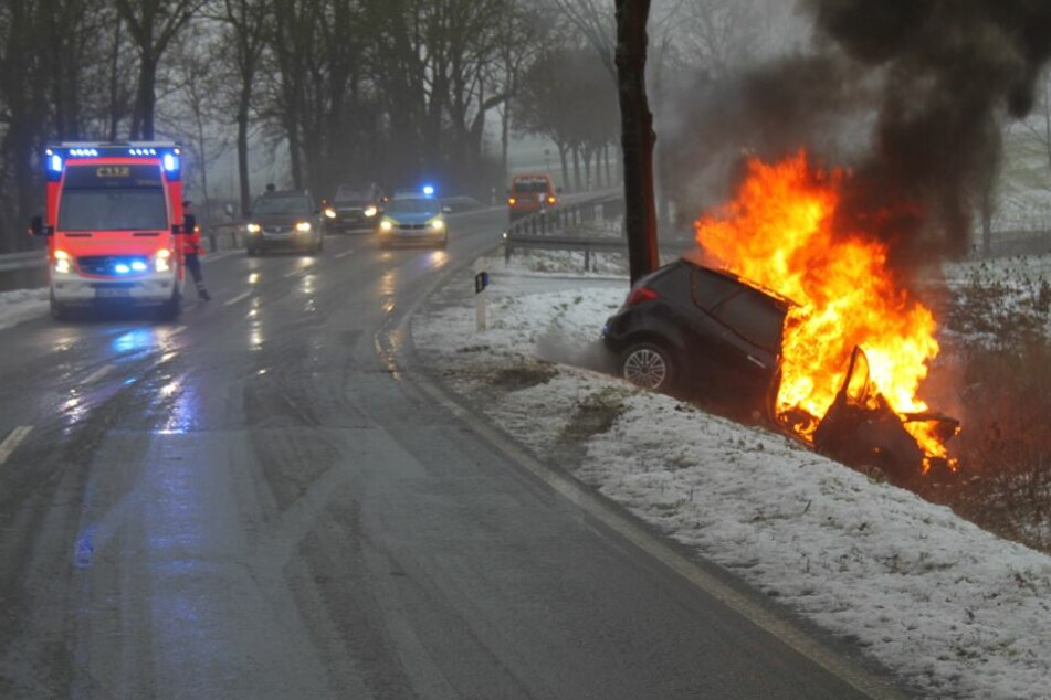 Der Wagen brannte nach dem Unfall lichterloh.