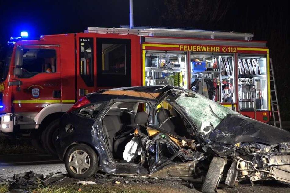 Der 47-jährige Ford-Fahrer krachte in einer Rechtskurve mit einem anderen Pkw zusammen...