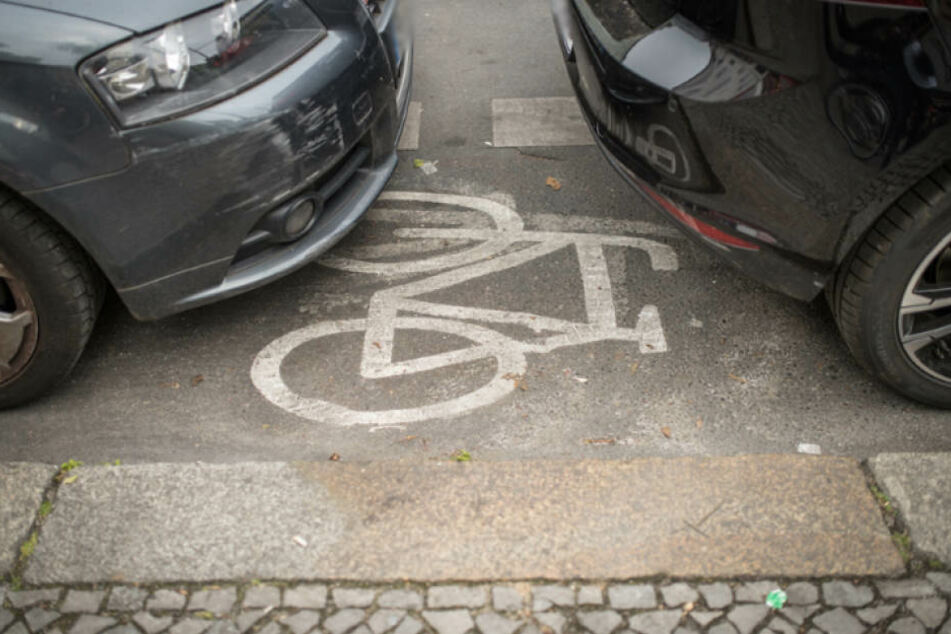 Ein alltäglicher Anblick auf Berlin Straßen: Ein zugeparkter Radweg.