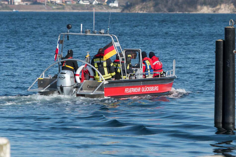 Die Feuerwehr Glücksburg sucht seit Mittwochmorgen mit einem Boot die Flensburger Förde nach der vermissten Person ab.