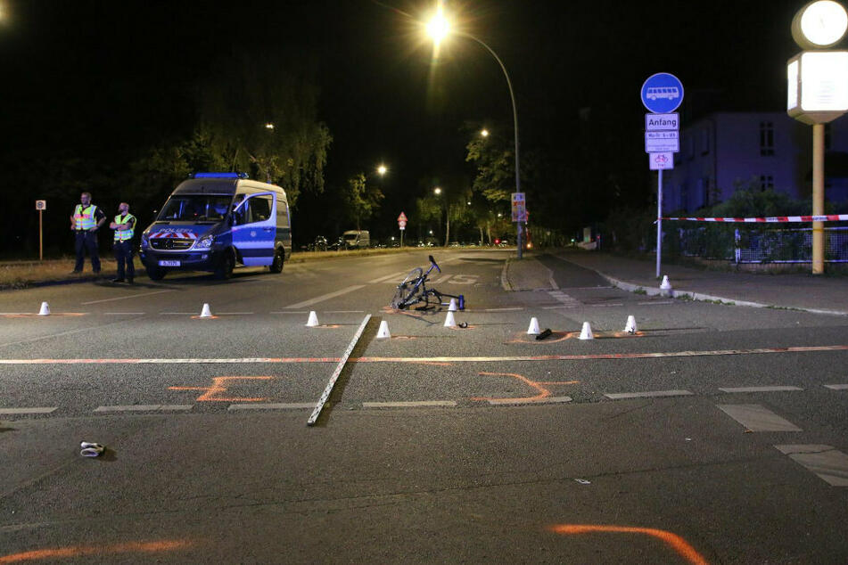 Das Fahrrad liegt nach dem Unfall auf der Straße in Berlin-Lichterfelde.