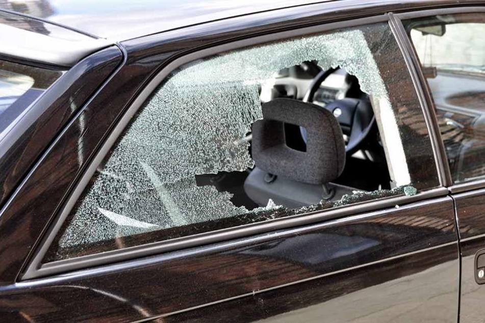 Bei mehreren Autos wurden die Scheiben eingeschlagen.