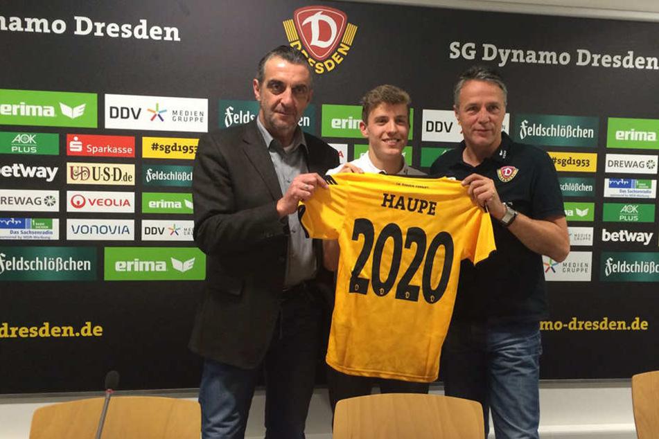 Niklas Hauptmann (M.) mit Sportdirektor Ralf Minge (l.) und Trainer Uwe Neuhaus.