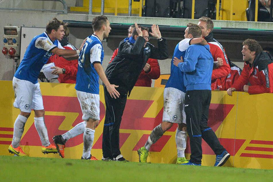 Der Torschütze Hemlein und Interims-Coach Rump liegen sich nach der Führung in den Armen.