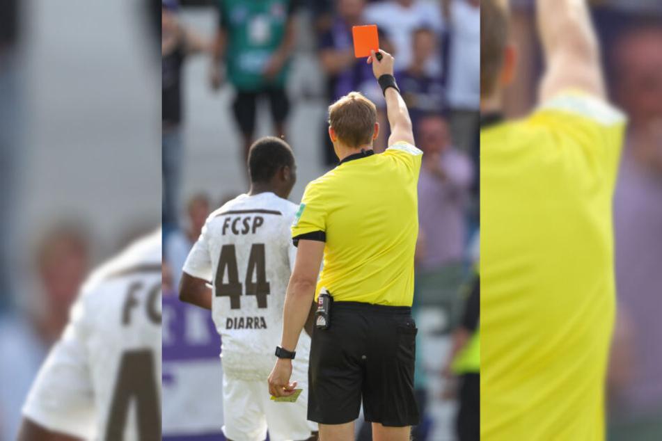Schiedsrichter Martin Petersen zeigt Youba Diarra die rote Karte.