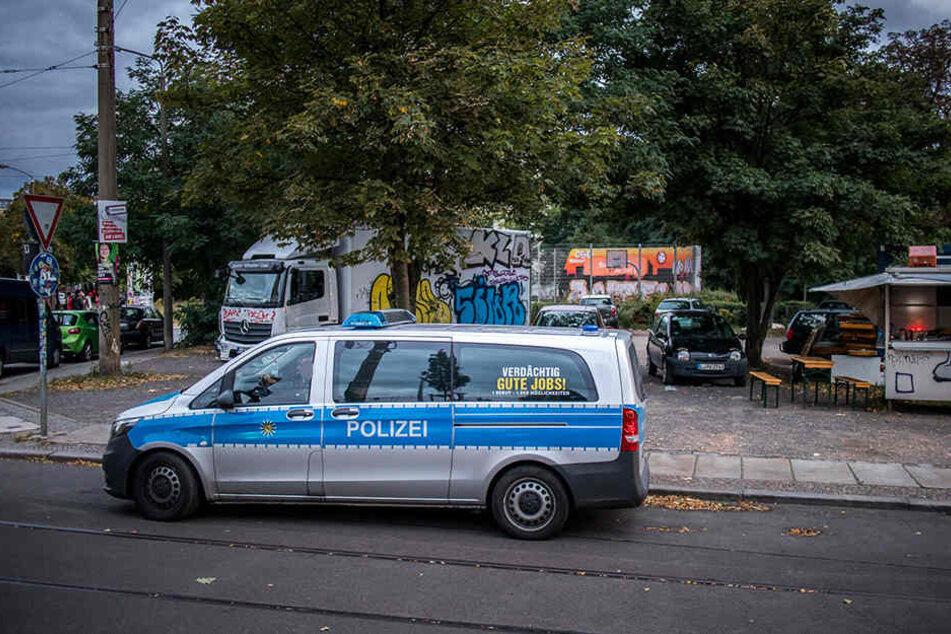Tag und Nacht bewacht die Polizei den Basketballplatz am Connewitzer Kreuz.