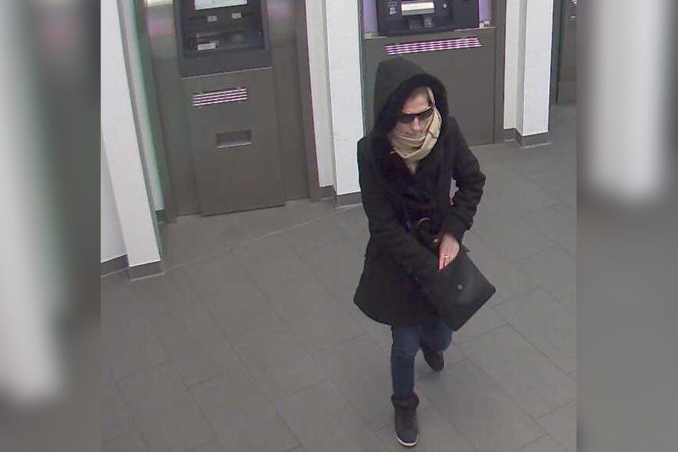 Diese Frau soll mit einer gestohlenen EC-Karte Geld von einem fremden Konto abgehoben.
