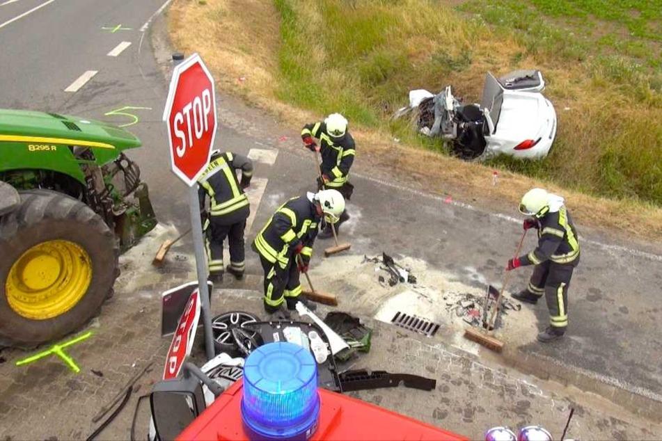 Der Traktor-Fahrer (20) hatte den vorfahrtsberechtigten Renault übersehen.