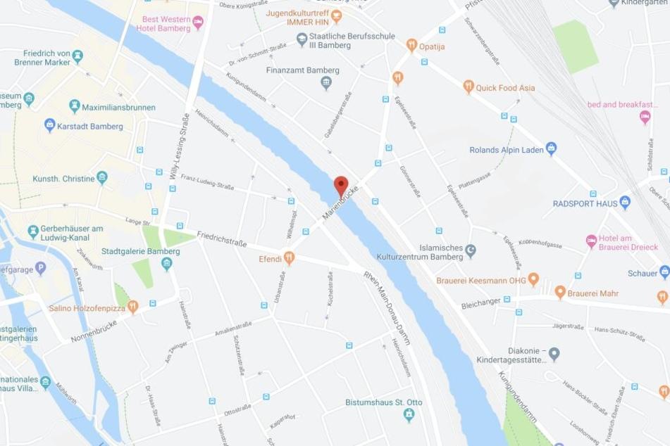 In Bamberg in Bayern hat ein junger Mann von der Marienbrücke auf ein Ausflugsschiff uriniert.