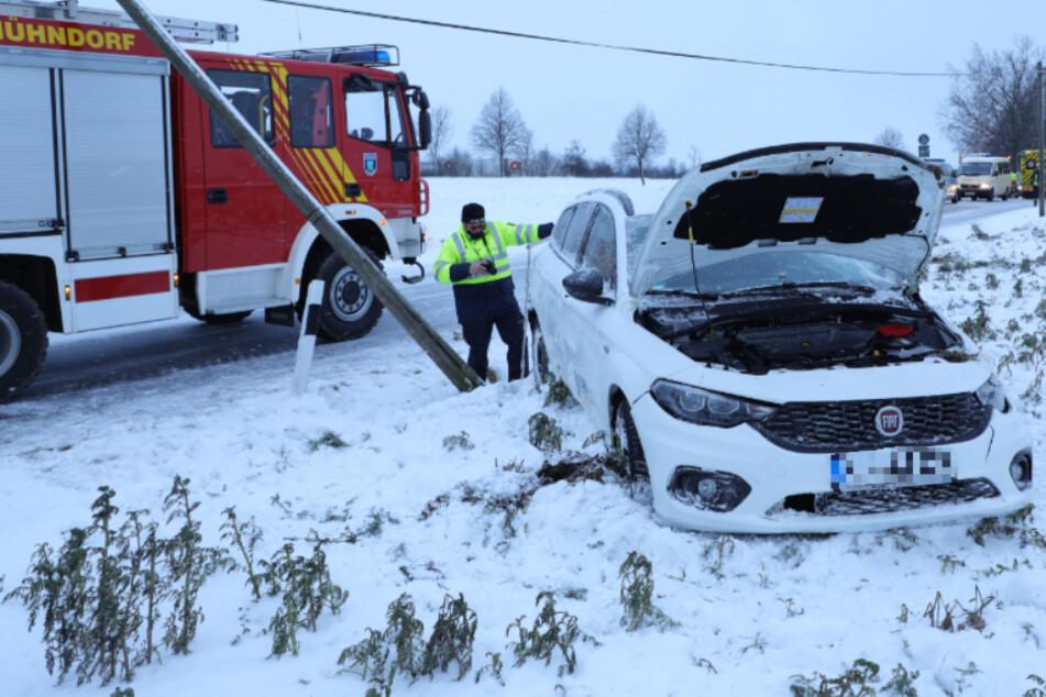 Fiat überschlägt sich nach Unfall und fällt Telefonmast