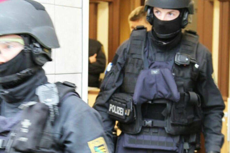 Bei der Razzia wurden drei per Haftbefehl gesuchte Personen festgenommen.