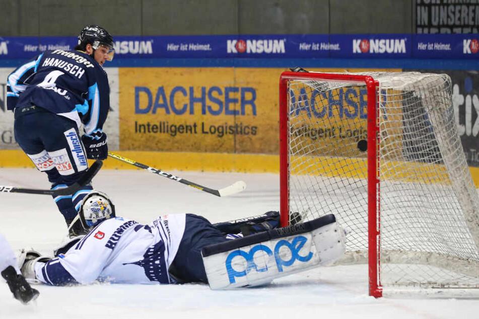 Steven Hanusch überwindet Kassels Goalie Leon Hungerecker zum 1:0 für die Eislöwen.