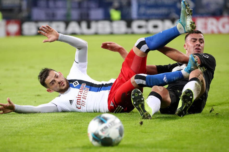 Tim Leibold (l) und Stuttgarts Philipp Förster im Zweikampf um den Ball.