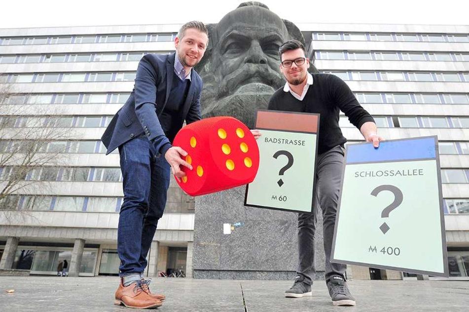 """Feiner Zug! Florian Freitag (30) und Lukas Lenk (22, gr.F., v.l.) von der Zwickauer Agentur """"Polar1"""" setzen Chemnitz aufs Monopoly-Spiel"""