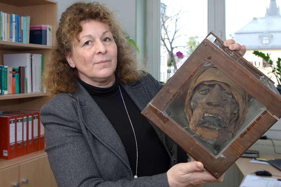 Schulleiterin Jeanette Ittermann hat jetzt Gewissheit: Der mumifizierte Kopf aus dem Schulfundus stammt tatsächlich aus dem alten Ägypten