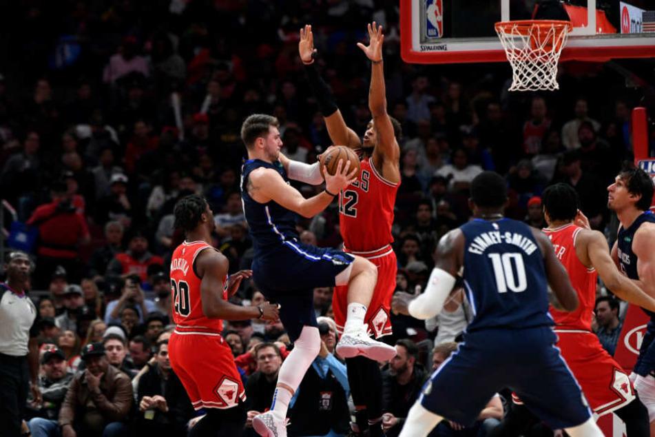 Einzig die NBA-Sportler während des Matchs dürfen sich noch nahe kommen. So wie hier, die Basketballer der Chicago Bulls und der Dallas Mavericks