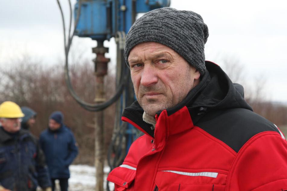 Bauer Frank Schnutz gestern bei Protesten gegen den Industriepark. Vor einer Woche war versehentlich auf seinem Acker in der Nähe gebohrt worden.