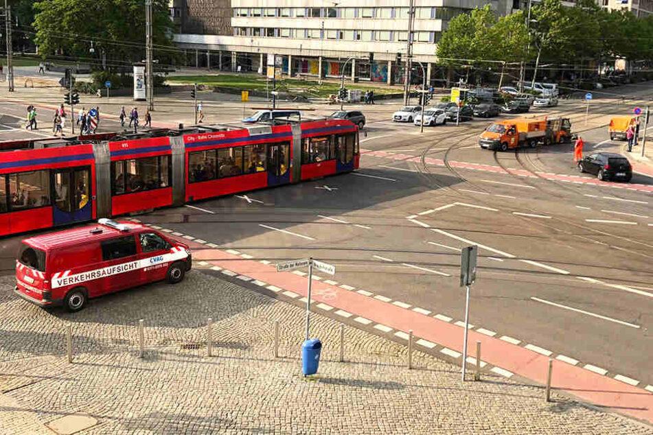 Eine Straßenbahn blieb ebenfalls auf der Kreuzung hängen. Es gab kein vor und kein zurück mehr.
