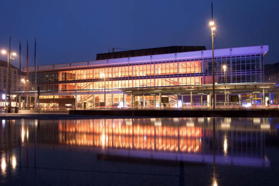 Mittlerweile hat die Herkuleskeule ihr Quartier im Dresdner Kulturpalast bezogen.
