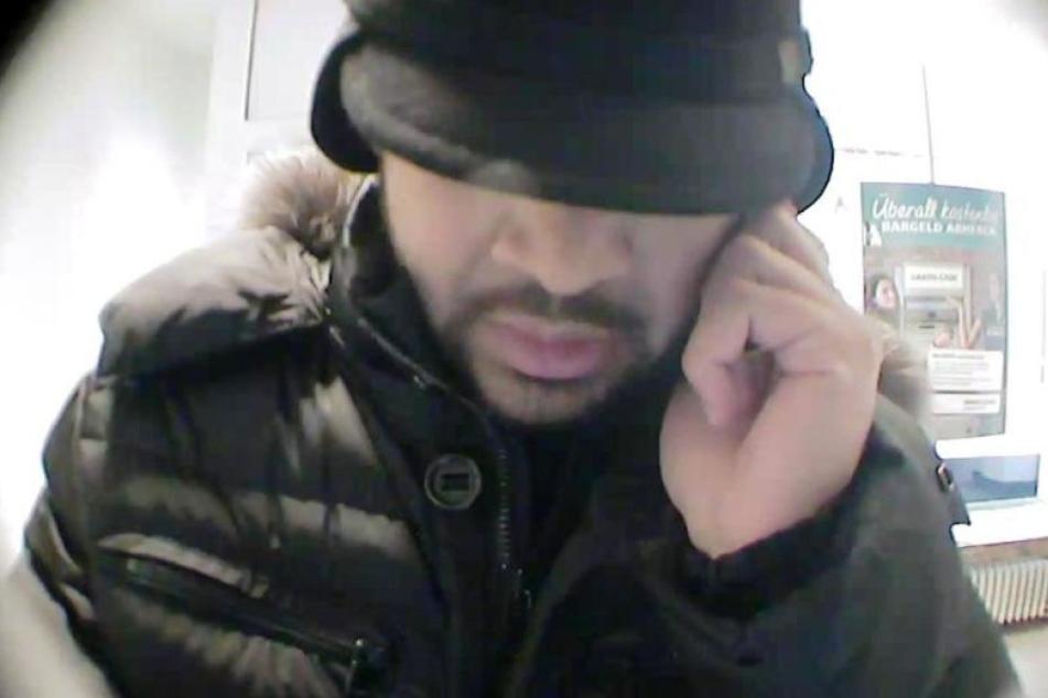 Mit Bildern aus der Überwachungskamera sucht die Polizei nach diesem Mann und seinem Komplizen.