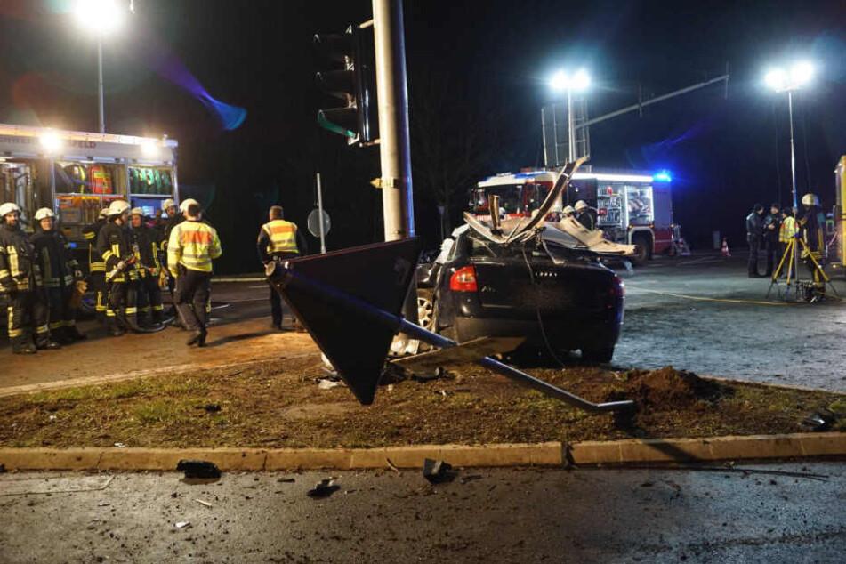 Der Audi fuhr auf die Verkehrsinsel und prallte gegen den Ampelmast.