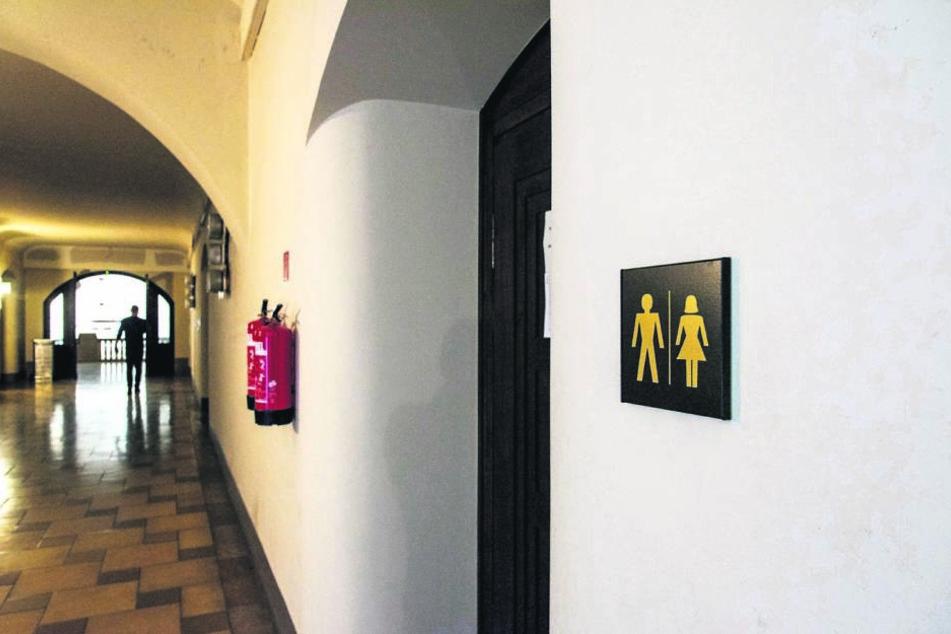"""Keine """"Nette Toilette"""": Da die WC-Anlagen im """"Weberflügel"""" des Rathauses gesperrt sind, fehlen den Angestellten Kapazitäten."""