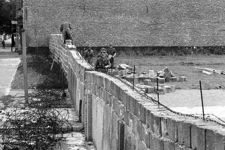 Volkspolizisten und Bauarbeiter errichteten gemeinsam den antifaschistischen Schutzwall.