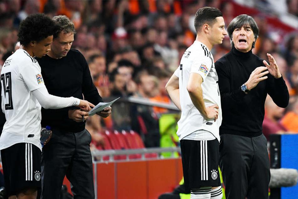 Joachim Löw (r.) gibt Julian Draxler (Zweiter von rechts) Anweisungen. Für den Bundestrainer ist das Spiel gegen Frankreich zukunftsweisend.
