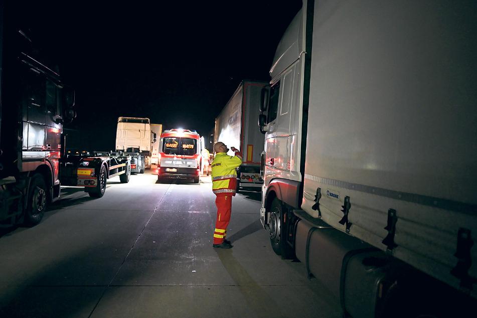 Die Helfer liefen von Laster zu Laster, um zu sehen, ob es den Truckern gut geht.