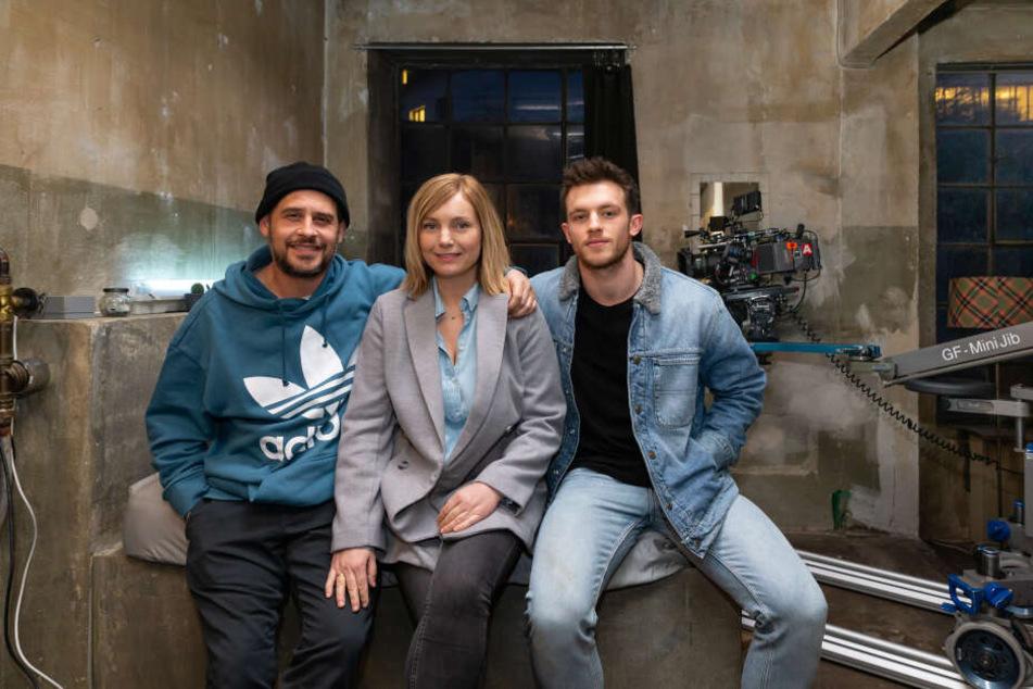 """Regisseur Moritz Bleibtreu und die Schauspieler Nadja Uhl und Jannis Niewöhner sitzen während der Dreharbeiten zum Psychothriller """"Cortex"""" am Set."""
