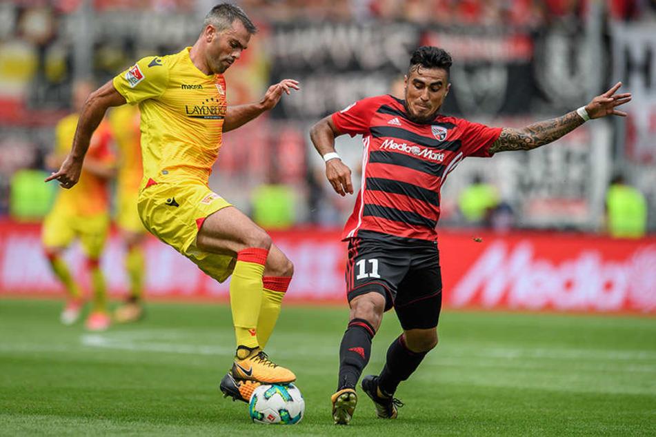 Marc Torrejon von Union Berlin (l) im Zweikampf mit Dario Lezcano vom FC Ingolstadt.