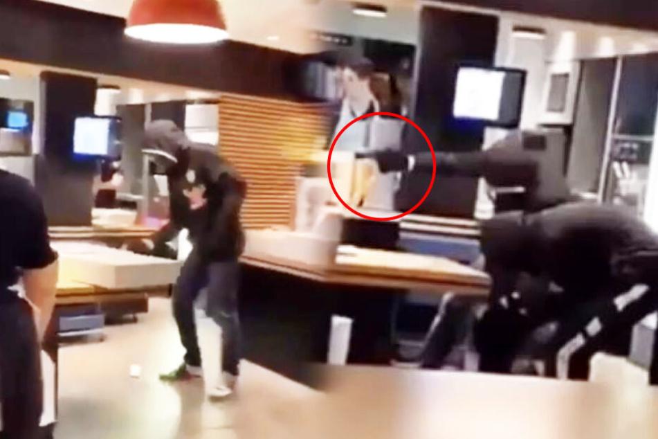 links: Ein Räuber ist mit der Größe der Kassenschublade überfordert. rechts: Ein anderer Täter richtet seine Waffe auf eine Angestellte.