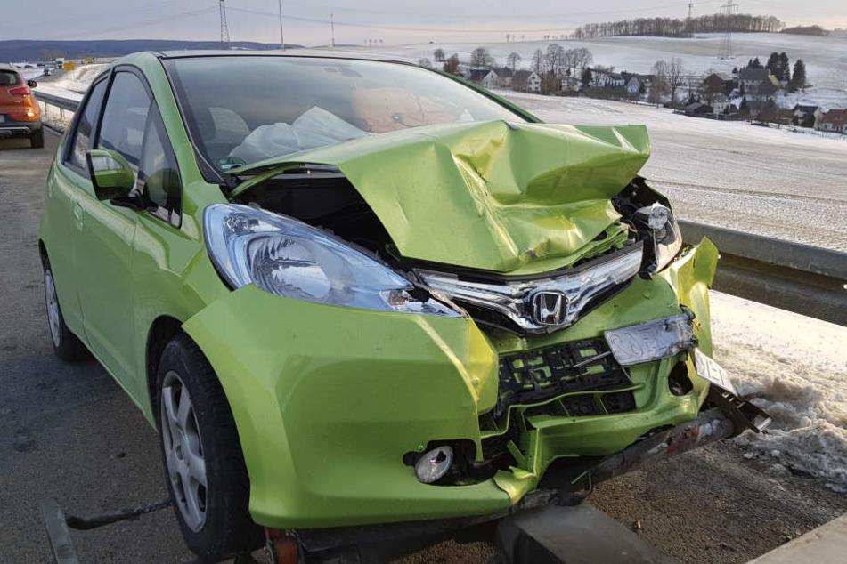 Der Honda-Fahrer wollte einen Laster überholen, als er mit eine entgegenkommenden Auto zusammenstieß.
