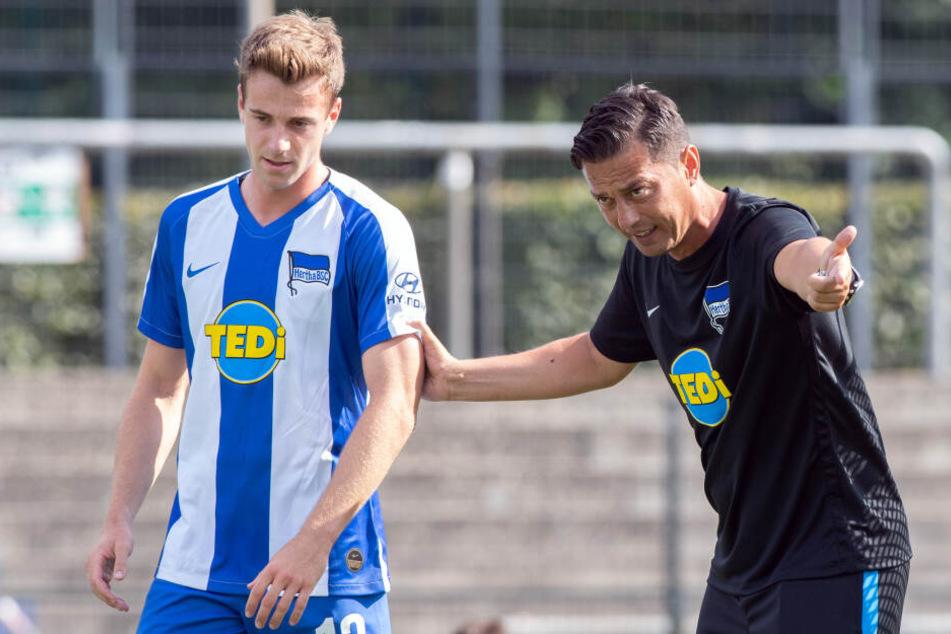 Gibt erste Anweisungen: Herthas Chef-Coach Ante Covic (r.) mit Lukas Klünter (l.) im Gespräch.
