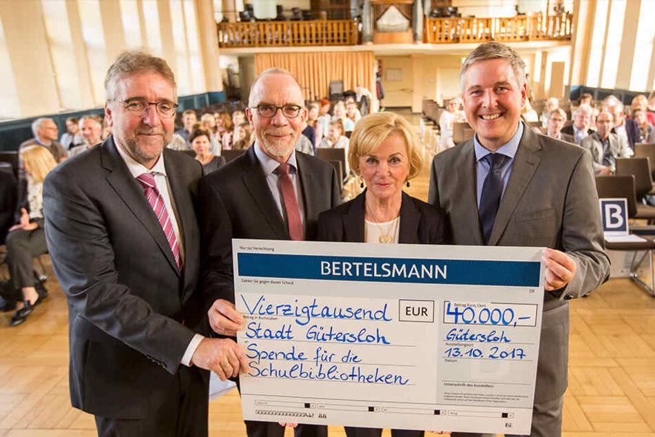 Liz Mohn mit Martin Fugmann, Joachim Martensmeier und Bürgermeister Henning Schulz (v.l.).