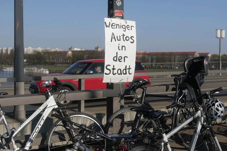 Die Demonstranten kämpfen für weniger Autos auf Dresdens Straßen.