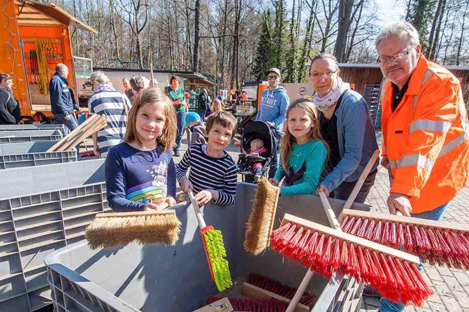 Gemeinsam anpacken: Mutti Sabine (34) war mit ihren Kindern Yuna (3.v.l.) und Richard (7) sowie deren Freundin Rita (9, l.) am Start. Auch ASR-Chef Dirk Behrendt (56, r.) war zum Frühjahrsputz-Auftakt dabei.