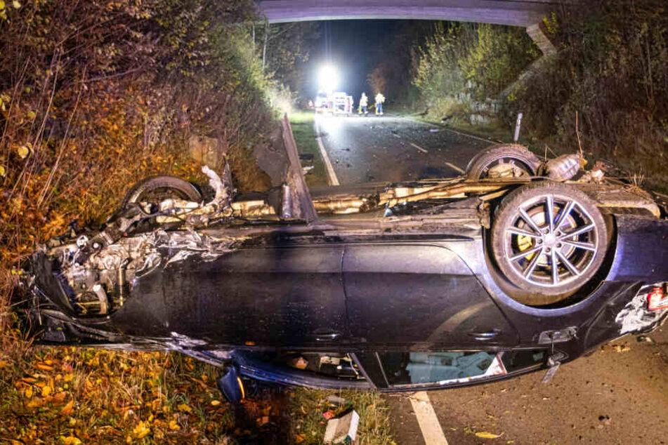 Der Audi-Fahrer hat sich überschlagen, auf dem Dach bleibt der Wagen liegen.