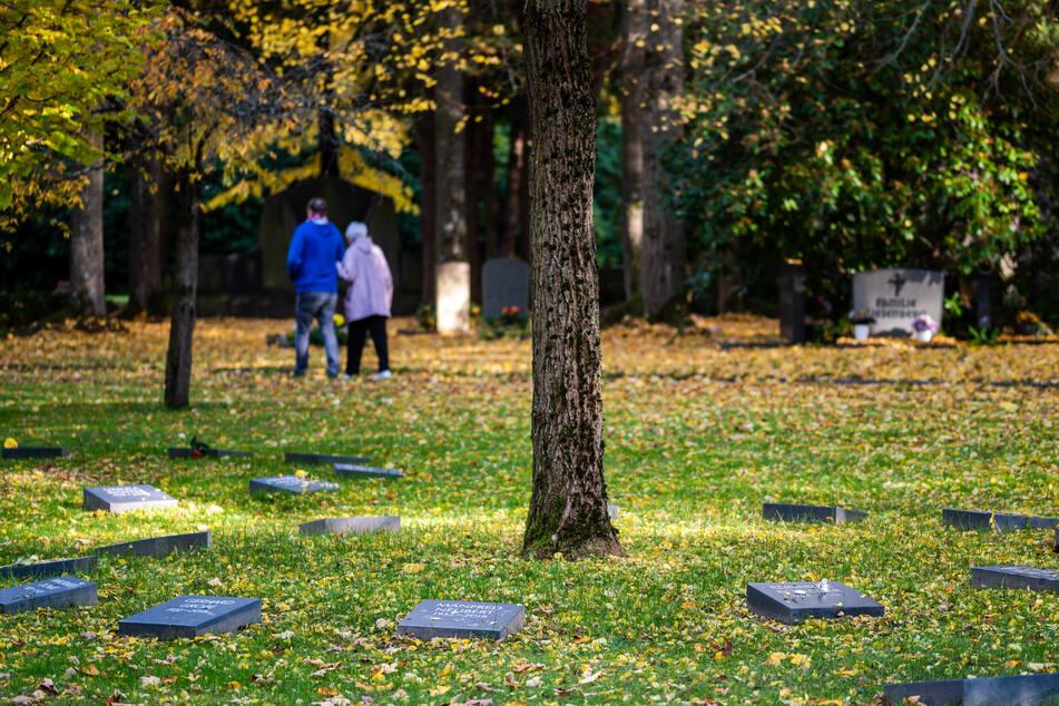 Auf dem Städtischen Friedhof (Wartburgstraße) gibt es bereits Baumbestattungen.