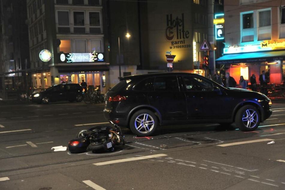 Der Fahrer eines Motorrollers verletzte sich bei dem Unfall schwer.