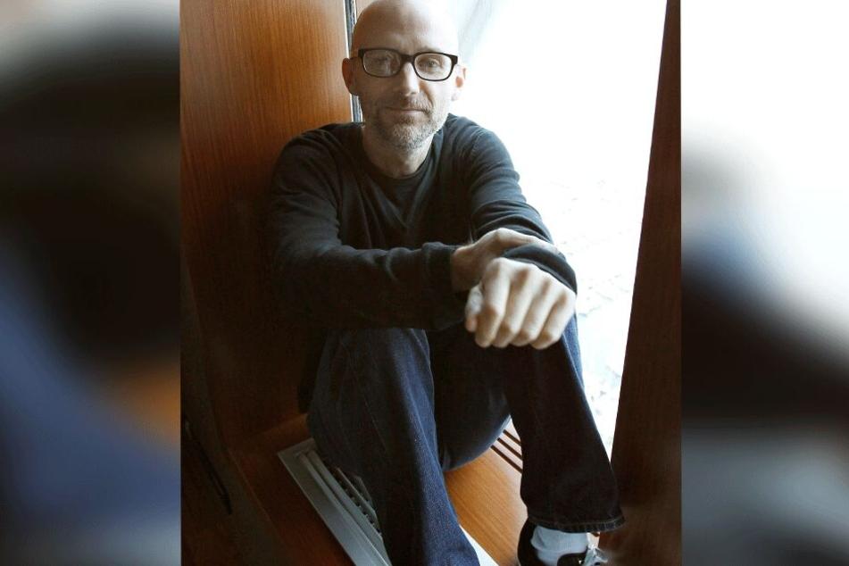 US-Musiker Richard Melville alias Moby sitzt 2011 bei einem Interview in Barcelona auf dem Fensterbrett.