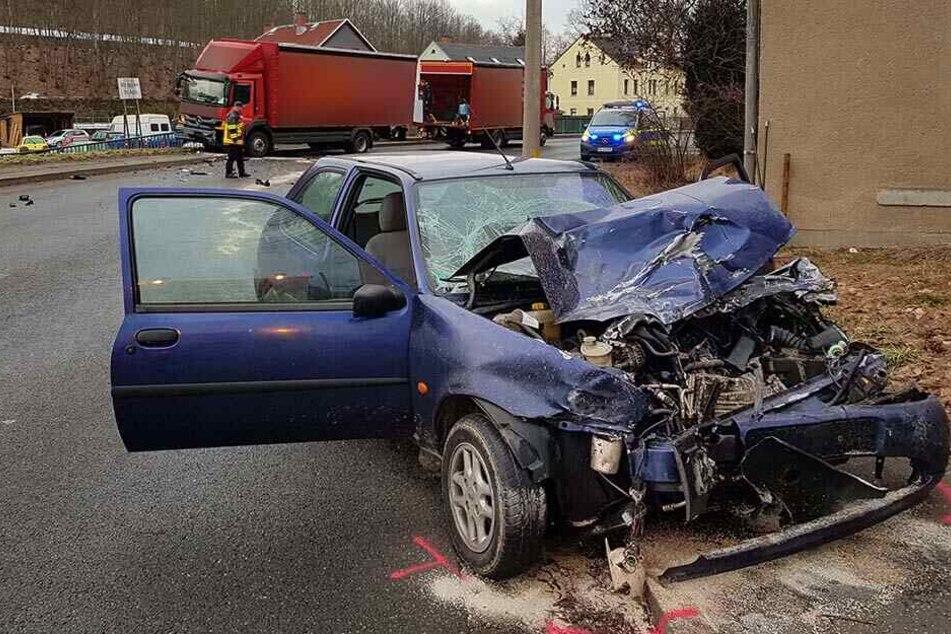 Auto kracht frontal in Laster: Vier Verletzte, darunter zwei Kinder
