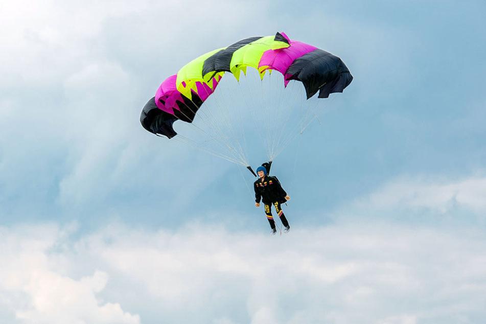 Ein Modellspringer in der Luft. Zum Manövrieren dienen die Arme.