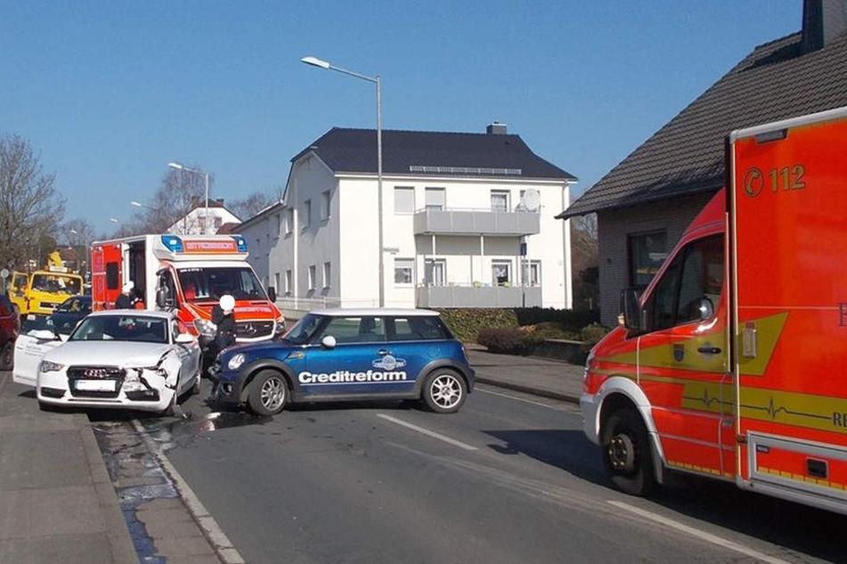 Die Fahrerin des Mini wollte auf das Tankstellengelände abbiegen, als es zum Unfall kam.